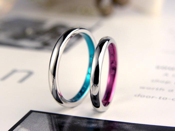 内側ブルーとピンクの手作り結婚指輪