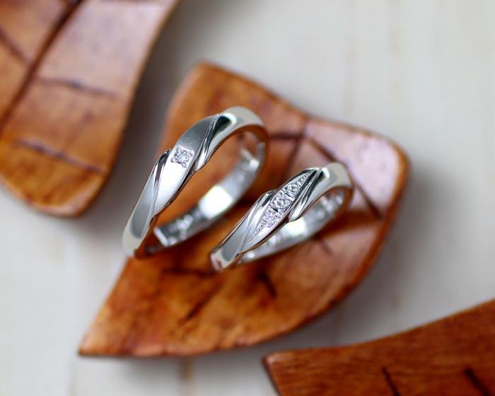 サイドからダイヤを支えるような手作り結婚指輪