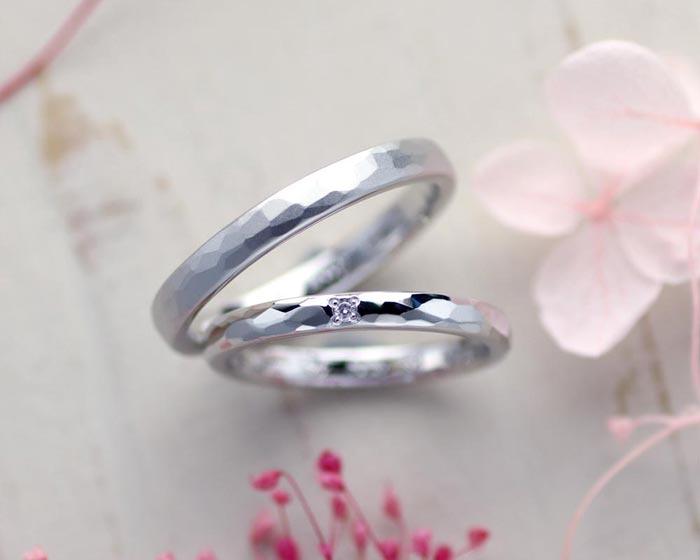 槌目にダイヤとつや消しの手作り結婚指輪